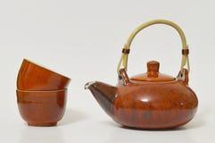 Service à thé avec la bouilloire et deux tasses Images libres de droits