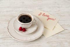 Service à thé blanc de porcelaine avec la tasse de café et de coeurs Photo stock