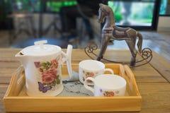 Service à thé chaud avec la tasse et le pot en céramique Photo stock