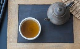 Service à thé chinois placé sur une ardoise photo stock