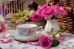 Service à thé démodé dans le jardin Image libre de droits