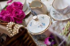 Service à thé démodé dans le jardin Image stock