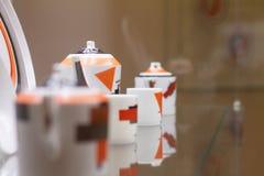 Service à thé de porcelaine sur une table en verre photographie stock