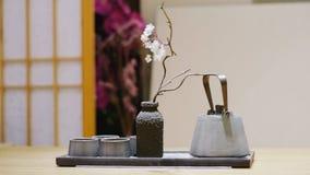 Service à thé et fleur image stock