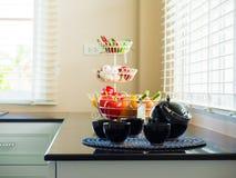 Service à thé et légumes dans la santé et l'intérieur des FO de concept de cuisine Photographie stock libre de droits