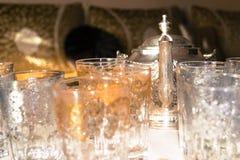 Service à thé marocain dans la salle d'invités images stock