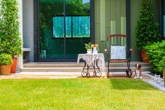 Service à thé sur la table et chaise dans le jardin images libres de droits