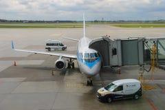 Service avant le vol de l'avion dans l'aéroport de Varsovie Chopin, Pologne Photographie stock