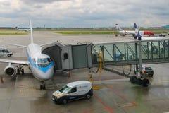 Service avant le vol de l'avion dans l'aéroport de Varsovie Chopin, Pologne Photo libre de droits