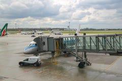 Service avant le vol des avions dans l'aéroport de Varsovie Chopin, Pologne Photo libre de droits