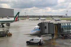 Service avant le vol des avions dans l'aéroport de Varsovie Chopin, Pologne Photos libres de droits