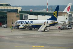 Service of the Boeing 737-8AS EI-EMF of Ryanair airline on the Malpensa Airport. MILAN, ITALY - SEPTEMBER 29, 2017: Service of the Boeing 737-8AS EI-EMF of Stock Photos