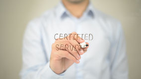 Service certifié, écriture d'homme sur l'écran transparent images libres de droits