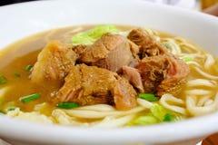 Service chinois de soupe de nouilles de boeuf dans une cuvette chaude arrosez Photographie stock