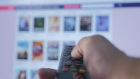 Service coulant visuel en ligne avec les applis et la main Smart TV La participation masculine de main à distance le contrôle tou clips vidéos