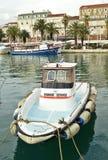 Service d'amarrage, bateau Croatie fendue de bateau de service d'amarrage Image stock