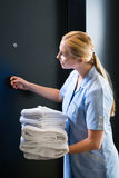 Service dans l'hôtel, serviettes étant changées photographie stock
