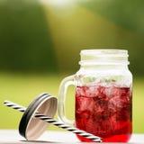 Service de barre de restauration foyer sélectif sur une limonade froide rouge dedans Photos libres de droits