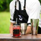 Service de barre de restauration foyer sélectif sur une limonade froide rouge dedans Photographie stock libre de droits