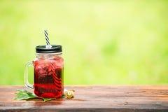 Service de barre de restauration foyer sélectif sur une limonade froide rouge dedans Photo stock