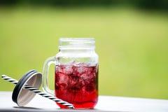 Service de barre de restauration foyer sélectif sur une limonade froide rouge dedans Photos stock