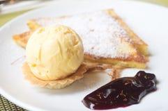 Service de crème glacée avec du pain grillé de frech Image libre de droits