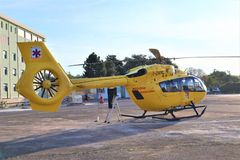 Service de d?livrance d'air Ambulance a?rienne d'h?licopt?re sur l'h?liport image stock