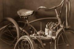 Service de difficulté de vélo de vintage avec des roues, des outils, et la correction en caoutchouc image libre de droits