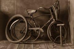Service de difficulté de vélo de vintage avec la pompe, la correction en caoutchouc et la colle photographie stock libre de droits