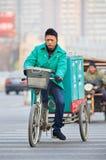 Service de distribution de messager sur son vélo dans l'horaire d'hiver, Pékin, Chine Images stock