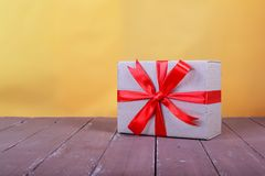 Service de distribution de frais de port et d'emballage - petit paquet attaché par Photographie stock