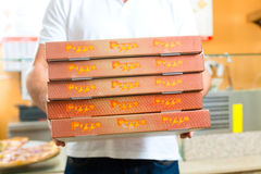Service de distribution - homme retenant des boîtes à pizza Photo stock
