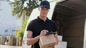 Service de distribution Mains de With Box In de messager près d'extérieur de voiture clips vidéos