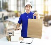 Service de distribution de nourriture ou nourriture d'ordre en ligne Homme tenant le Ba de papier photographie stock