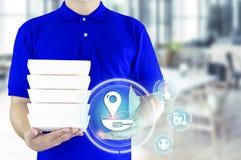 Service de distribution de nourriture ou nourriture d'ordre en ligne Livreur dans l'uniforme bleu avec la main tenant le conteneu photographie stock