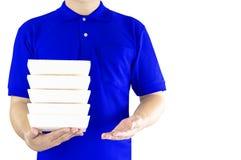 Service de distribution de nourriture ou nourriture d'ordre en ligne Livreur dans l'uniforme bleu avec la main tenant les aliment photos libres de droits