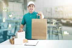 Service de distribution de nourriture pour l'ordre en ligne et les m?dias d'ic?ne Livreur dans la main uniforme bleue tenant le s illustration stock