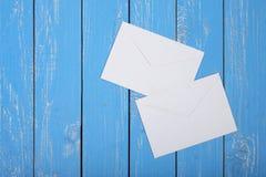 Service de frais de port et d'emballage - enveloppe deux sur un fond en bois Photographie stock libre de droits