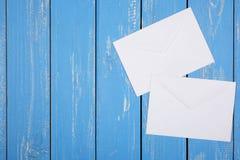 Service de frais de port et d'emballage - fond en bois de deux enveloppes Photographie stock