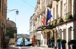 Service de gondole avec les bâtiments historiques à Venise - en Italie Images libres de droits