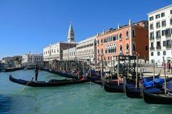 Service de gondole avec les bâtiments historiques à Venise - en Italie Photos stock