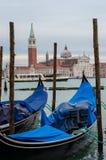 Service de gondole sur le canal grand avec l'église de San Giorgio Maggiore à l'arrière-plan Photo libre de droits
