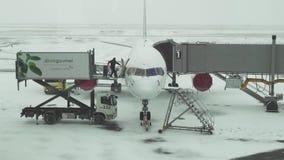 Service de la préparation d'avions pour le vol à un aérodrome neigeux de vidéo de longueur d'actions d'aéroport international d'A banque de vidéos