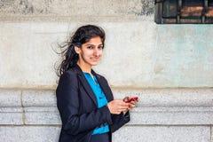 Service de mini-messages d'étudiant universitaire américain d'Indien est dehors à New York photographie stock