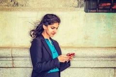 Service de mini-messages d'étudiant universitaire américain d'Indien est dehors à New York photo stock
