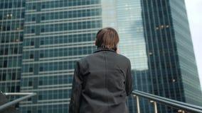 Service de mini-messages d'entretien d'homme au téléphone Entrepreneur professionnel urbain occasionnel employant l'immeuble de b banque de vidéos