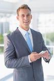 Service de mini-messages d'homme d'affaires avec son smartphone images libres de droits