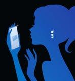 Service de mini-messages de fille à son téléphone Images libres de droits