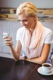 service de mini-messages de jeune femme avec son ami photo libre de droits