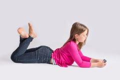 Service de mini-messages de jeune fille au téléphone portable Photo libre de droits
